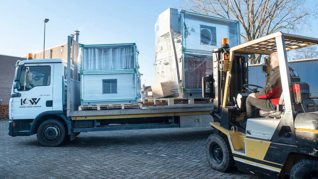 Open vrachtwagen lossen met vorkheftruck